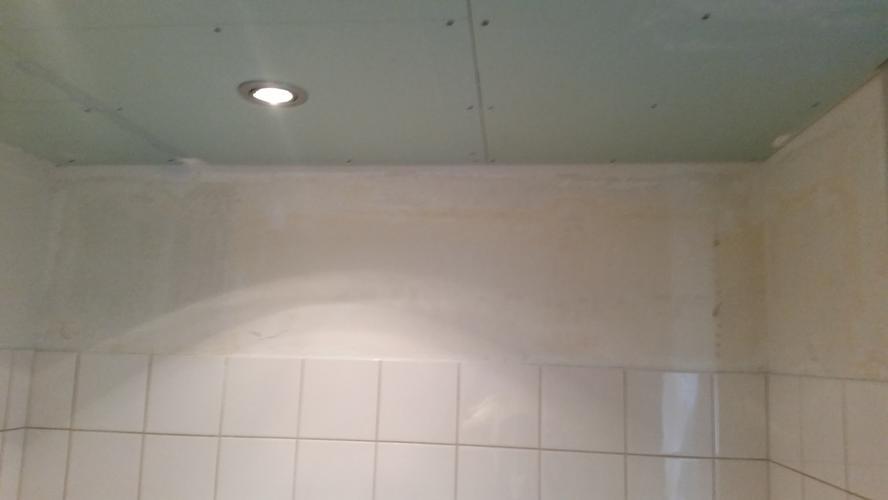 spachtelputz of stucen muren badkamer werkspot