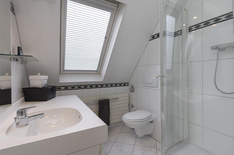 Badkamer Schuin Dak : Kleine badkamer schuin dak