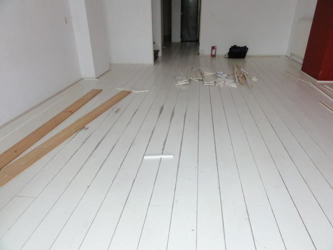 Witgeverfde grenen vloer schuren werkspot