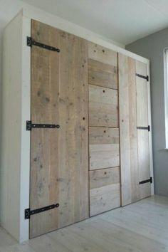 Kast met rails en railswielen van steigerhout werkspot - Deur kast garagedeur ...