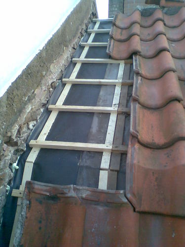 Aansluiting maken tussen muur en dakpannen werkspot for Huis waterdicht maken