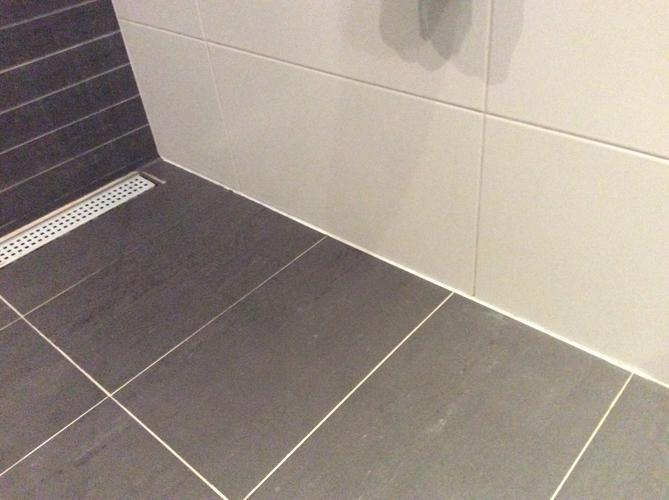 Herstel van enkele voegen in de badkamer (vloer en wand) + opnieuw ...