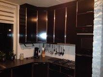 Keuken voorzien van nieuwe kastdeurtjes met handgrepen wasbak