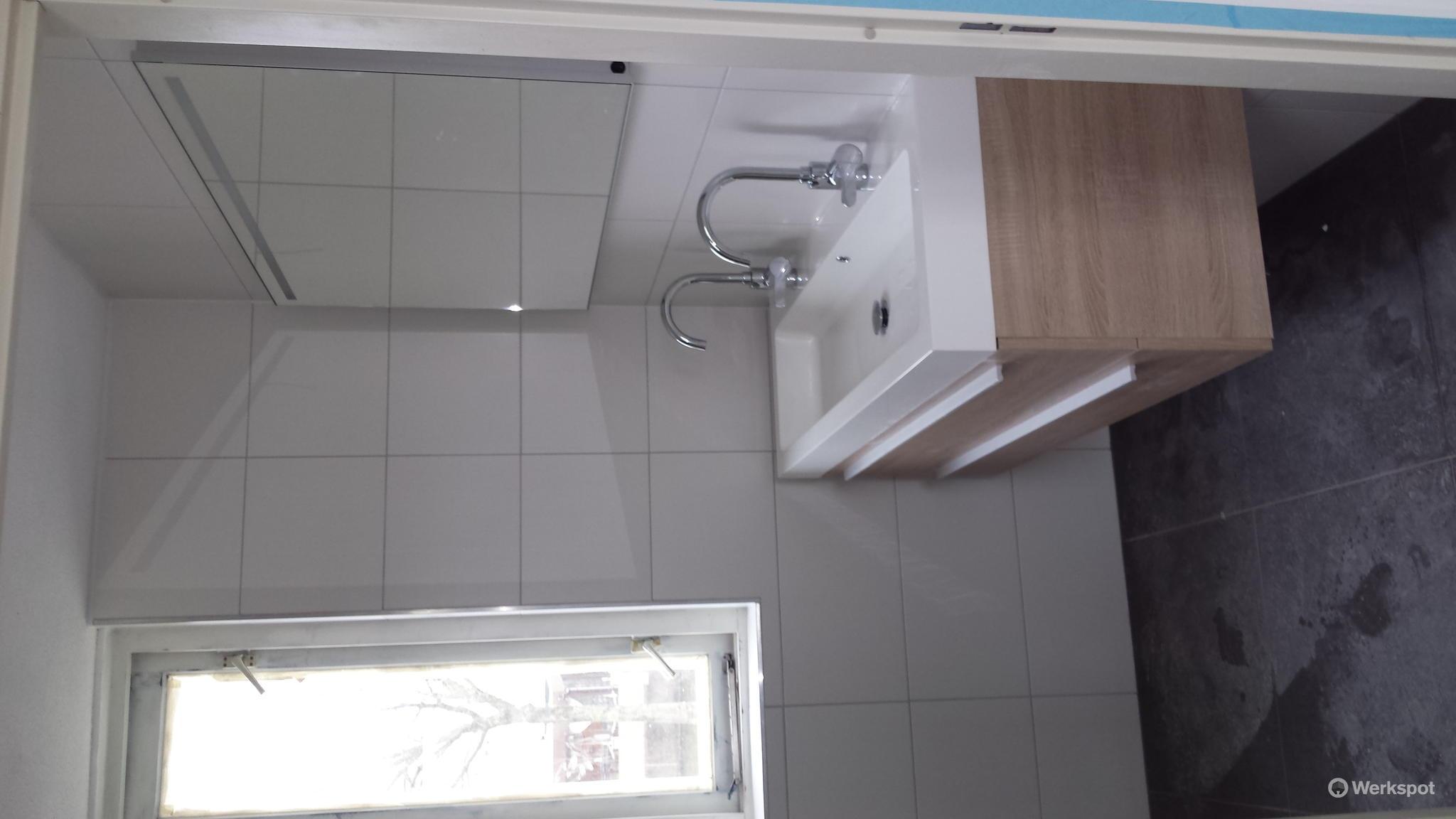 Nieuwe Badkamer Plaatsen : Nieuwe badkamer installeren en oude slopen en afvoeren werkspot