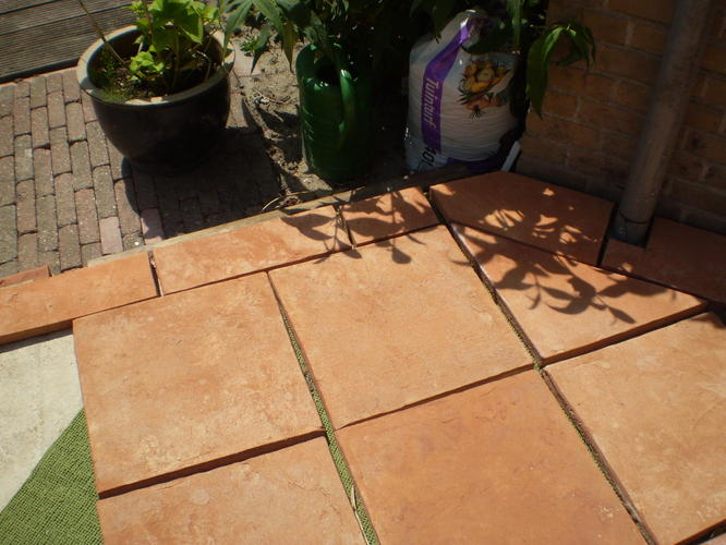 tegels in zandcement leggen buiten   Werkspot