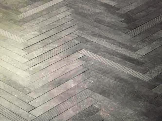 Badkamer tegelzetten keramische tegels in visgraat patroon en