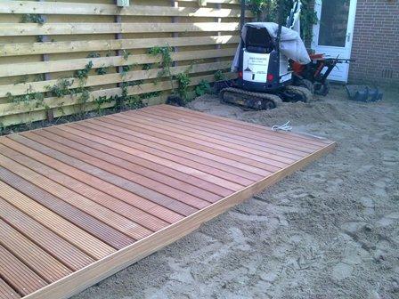 Leggen terras gemaakt met bankirai vlonderplanken werkspot - Dek een terras met tegels ...