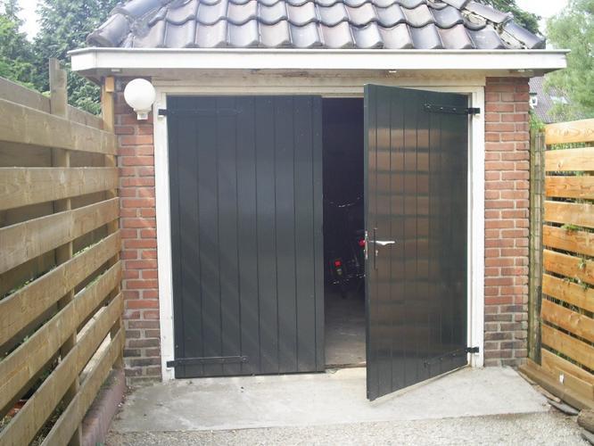 Houten garagedeuren op maat maken en plaatsen werkspot - Deur kast garagedeur ...