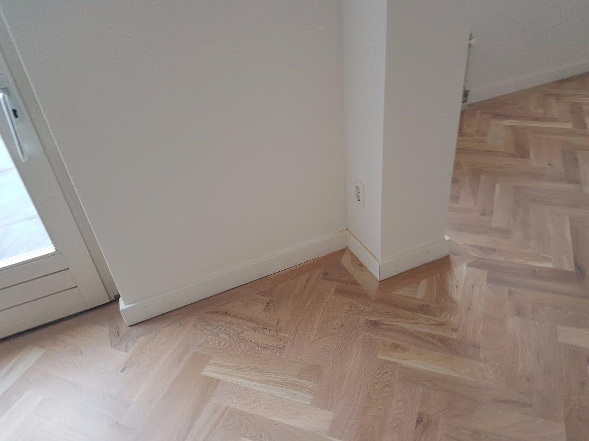 Plinten demonteren nieuwe plinten monteren in woonkamer werkspot