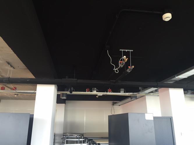 de with plafond zwart verven
