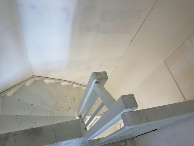 Spachtel woonkamer trappenhuis schilderwerk behang boven
