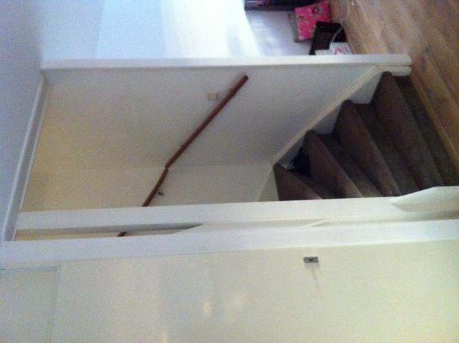 Trapgat woonkamer voorzien van schuif deur werkspot