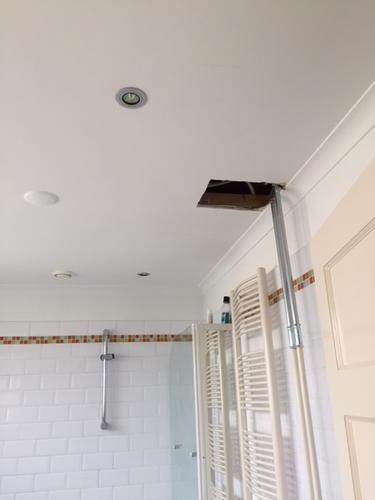 Badkamer plafond | Reparatie aan gipsplaat, stucen en witten - Werkspot