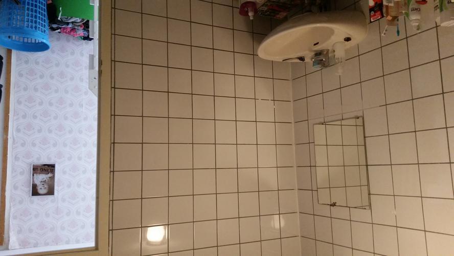 Badkamer stucen over tegels heen - Werkspot
