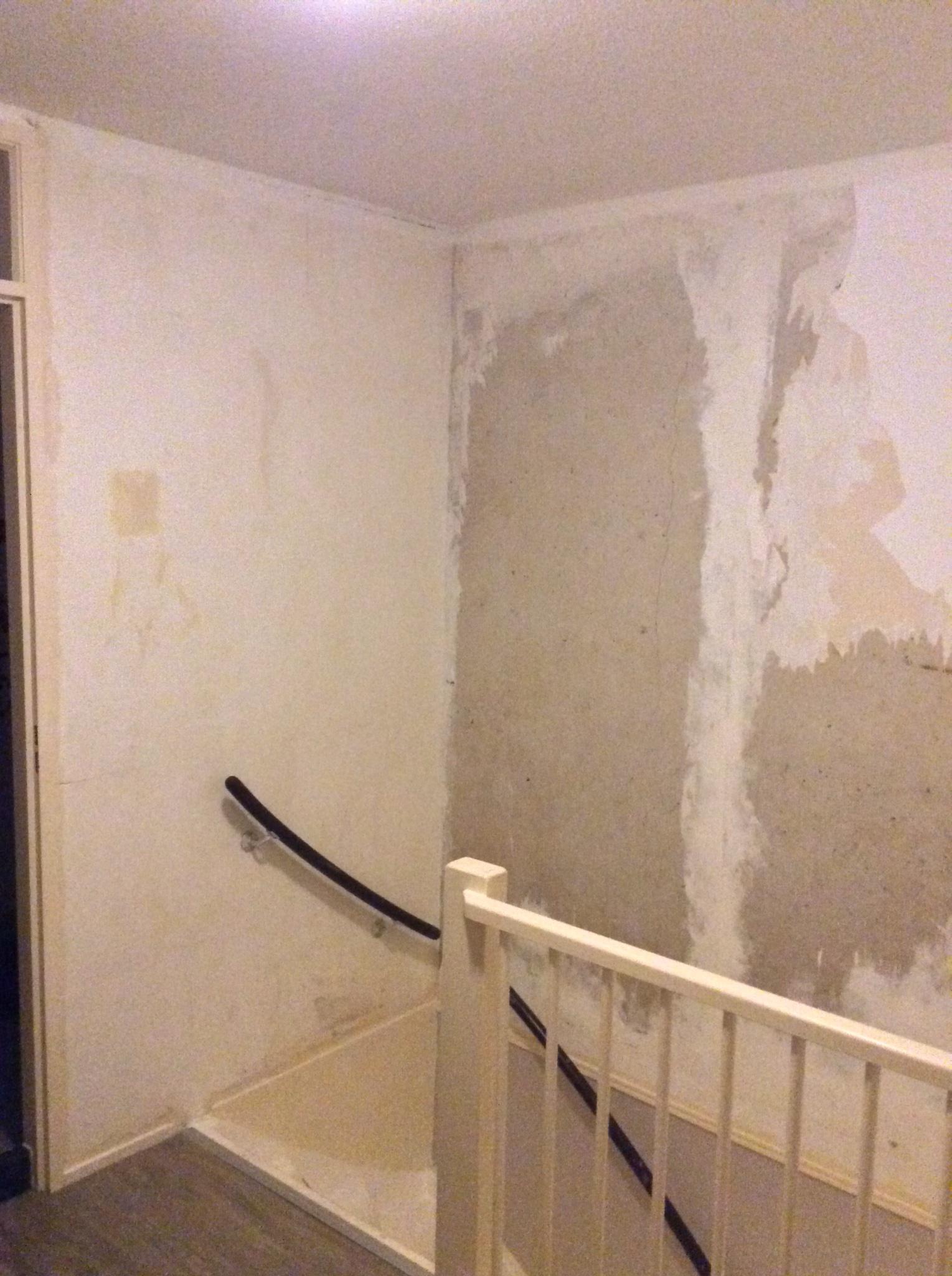 Behangen muur bij trap werkspot for Renovlies behang aanbrengen