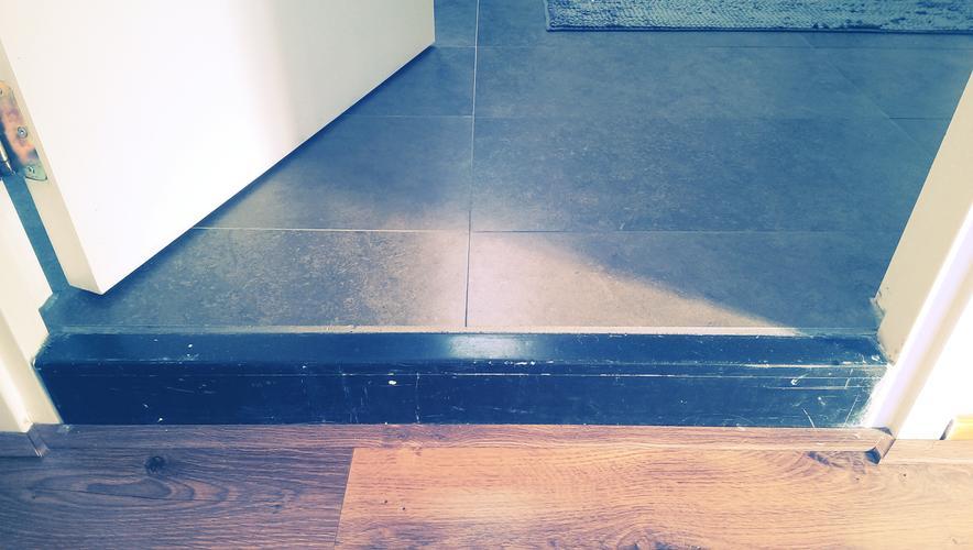 Badkamer afwerk-klussen: kitten, drempel verhogen, gatvtegelvloer d ...