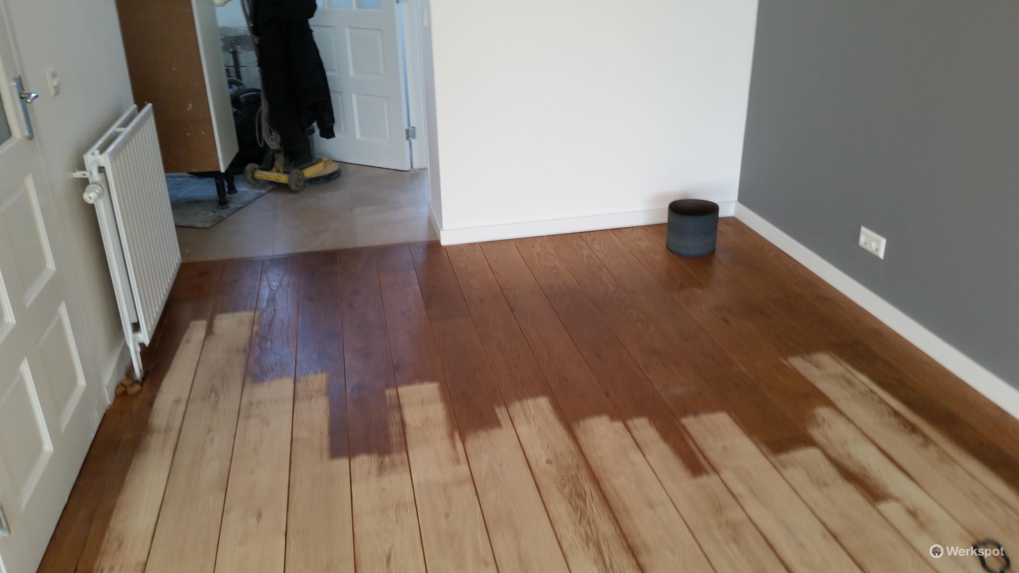 Houten vloeren schuren en in de (kleur)olie + advies   Werkspot