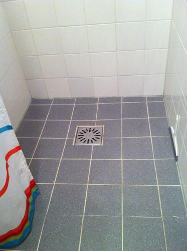 Kleine badkamer opnieuw vloer betegelen - Werkspot