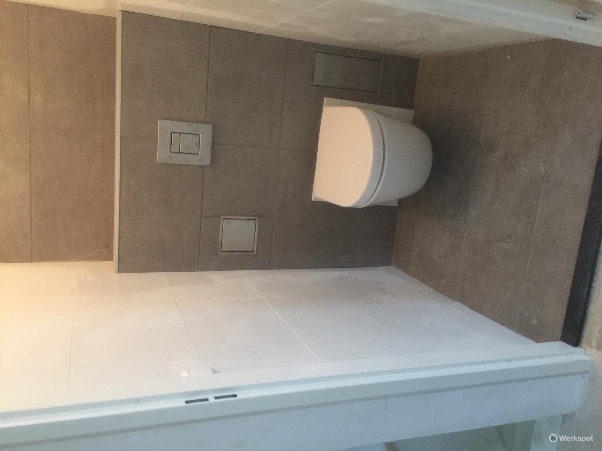 betegelen badkamer inclusief drain plaatsen 2x toilet betegelen