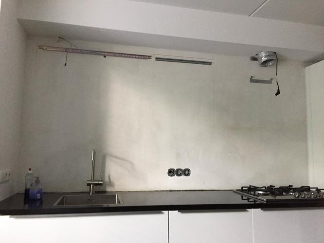 Achterwand keuken met betonlook betonstuc beton ciré werkspot