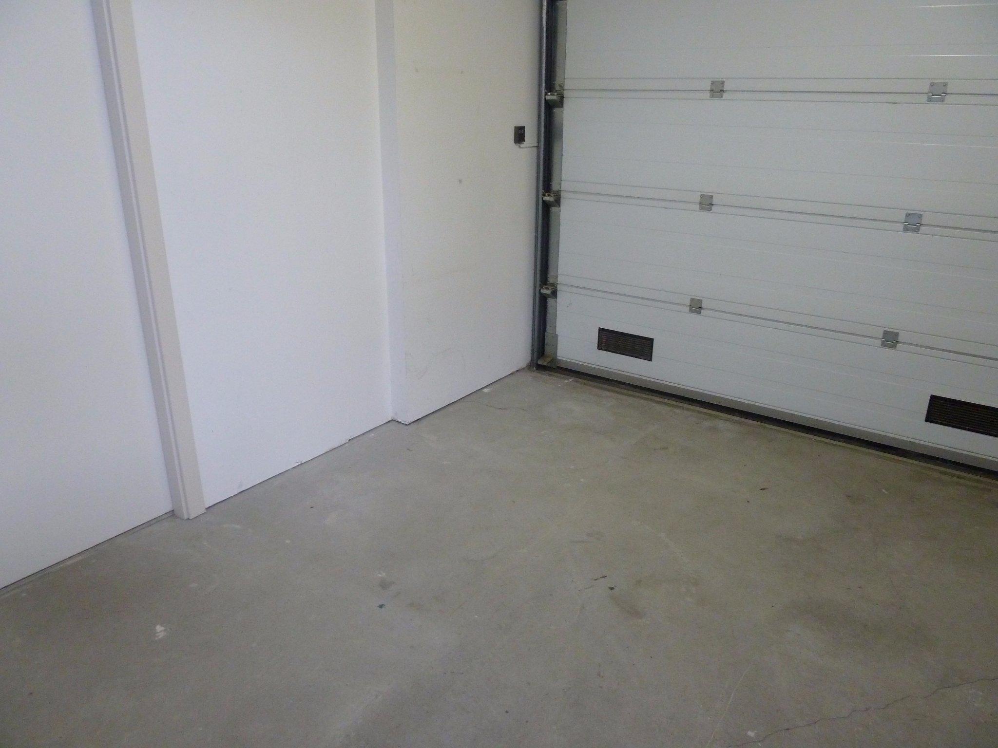 Tegels Voor Garage.Tegelvloer Leggen In Garage Bijkeuken Met Plinten Uit Tegels