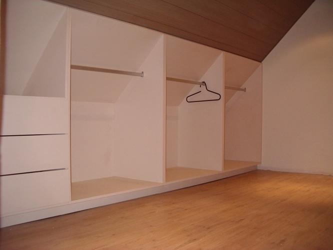 Opbergkast Voor Schuine Wand.Zolder Schuine Wand Maken Kledingkast Over Hele Zijde Werkspot