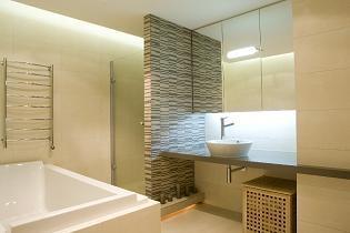 Verlaagd plafond badkamer voor spots en indirecte verlichting