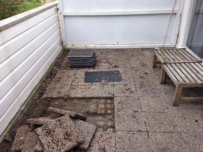 Tegels van balkon halen en nieuwe bedekking bitumen maken