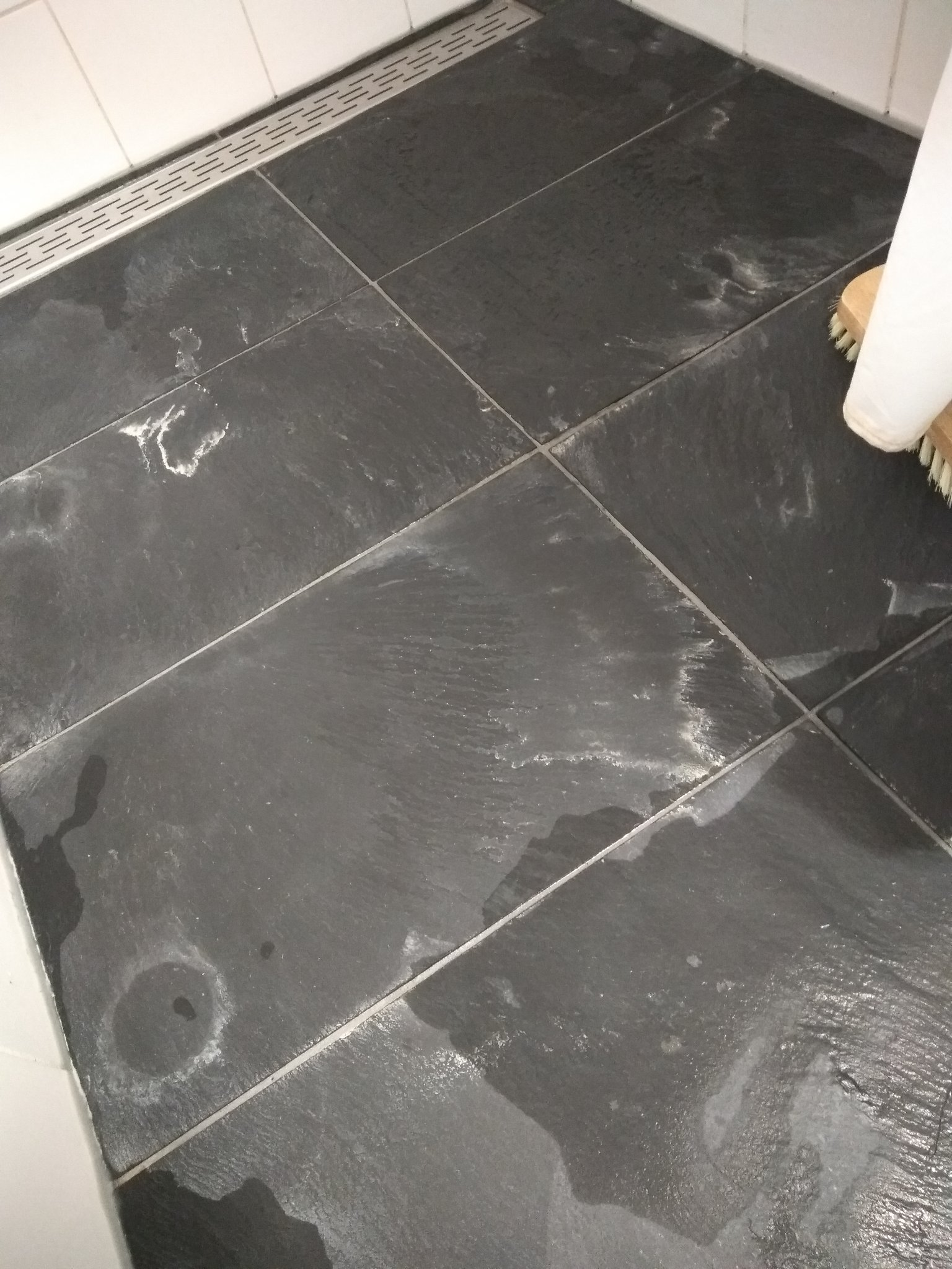 Witte vlekken op natuursteen badkamer for Badkamervloer schoonmaken