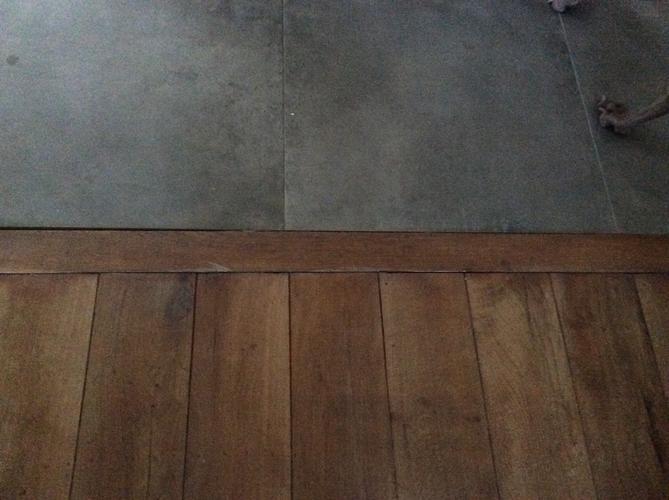 3 tegels passend maken en stukje houten vloer aanpassen   Werkspot