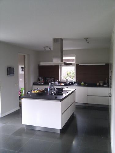 Plafond woonkamer en keuken spuiten werkspot - In het midden eiland keuken ...