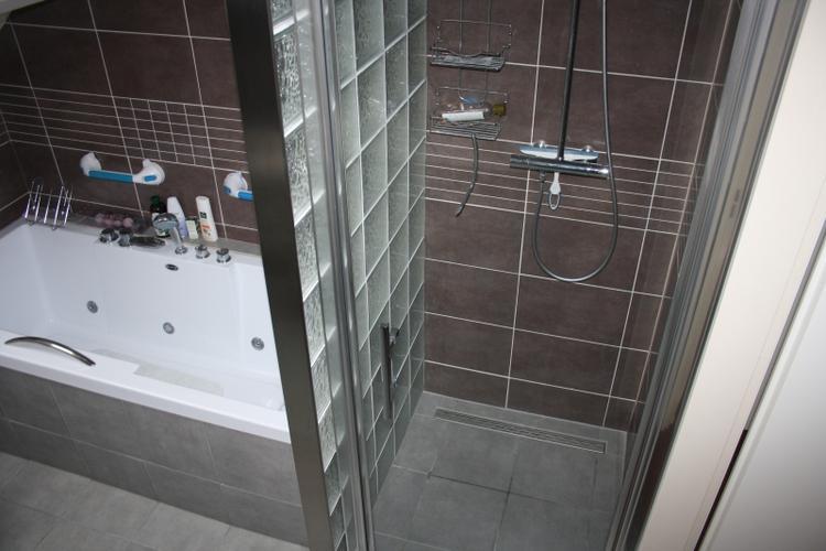Glazen bouwstenen in badkamer plaatsen - Werkspot