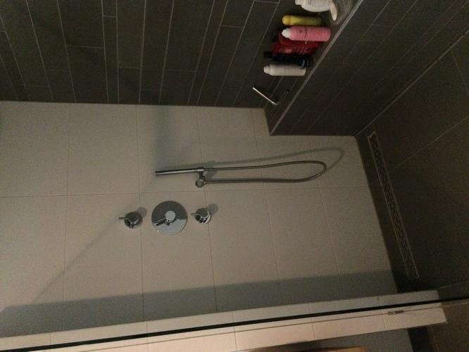 Badkamer douche opnieuw afkitten ca. 7m en hoekprofiel opnieuw