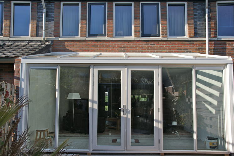 Aanbouw van bij met schuin glazen dak werkspot for Glazen uitbouw