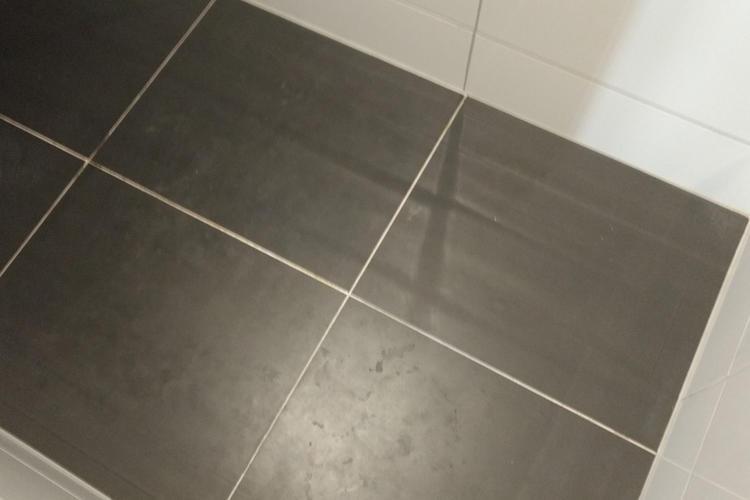 Tegels badkamer opnieuw leggen - Werkspot