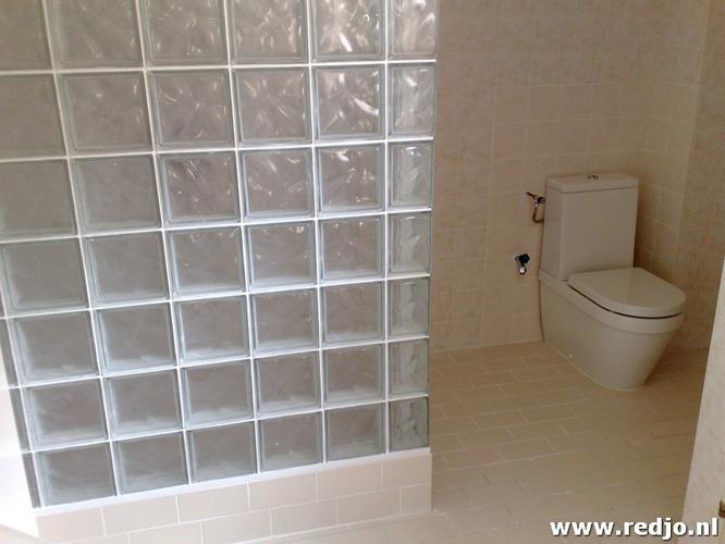 Glasblokken In Badkamer : Renovatie badkamer opnieuw kitten bad wand van glasblokken