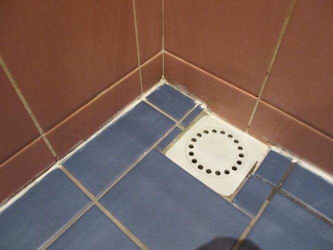 Vloer Betegelen Badkamer : Tegelen vloer en plaatsen afvoer in douche werkspot