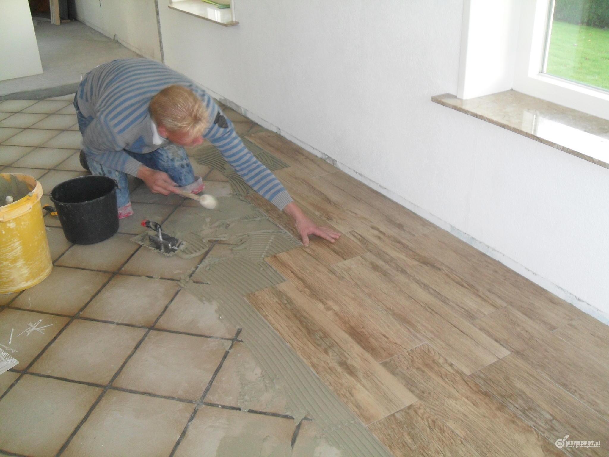 Huiskamer en keuken vloertegels en plinten zetten werkspot