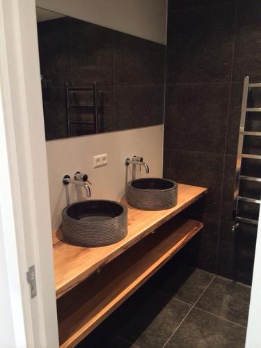 Badkamer vloer storten + tegelwerk vloer en muren + afmonteren ...
