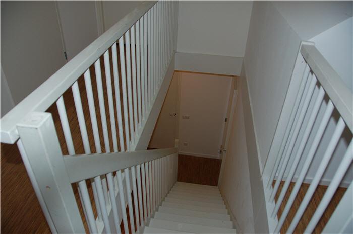 Steektrap 2 verdiepingen en balustrade schuren plamuren en schilderen werkspot - Balustrade trap ...