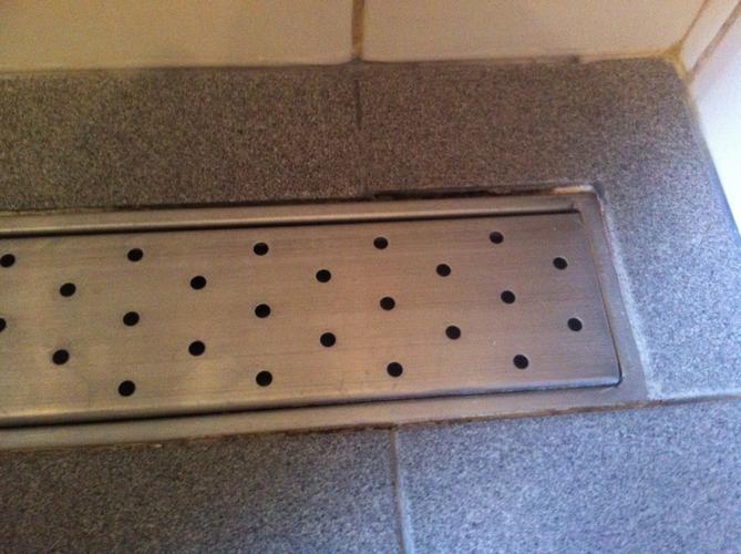 Opnieuw voegen badkamer tegels en douchegoot werkspot - Opnieuw zijn toilet ...