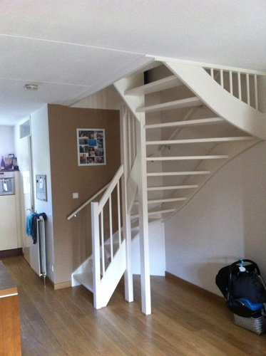 Open trap dicht maken met trapkast met deur werkspot for Stootborden trap maken