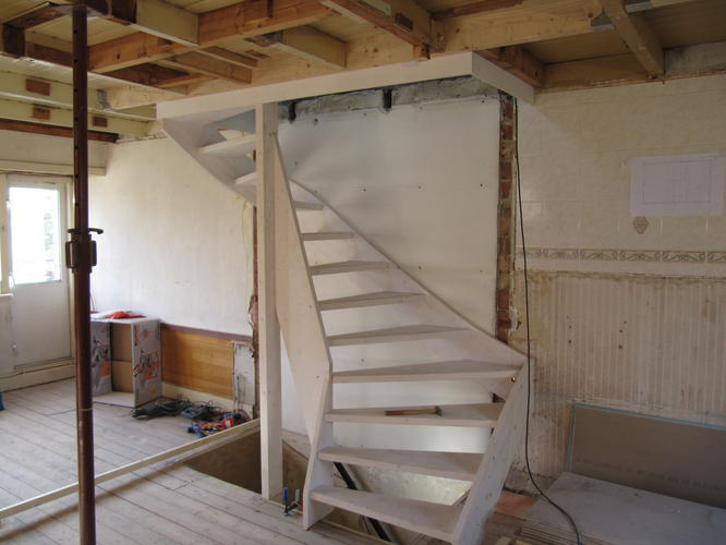 Trap maken plaatsen incl trapgat houten vloer werkspot for Houten trap plaatsen
