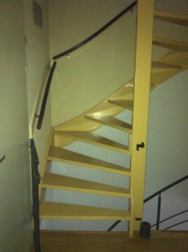 Open houten trap dichtmaken en deur maken plaatsen werkspot for Houten trap plaatsen