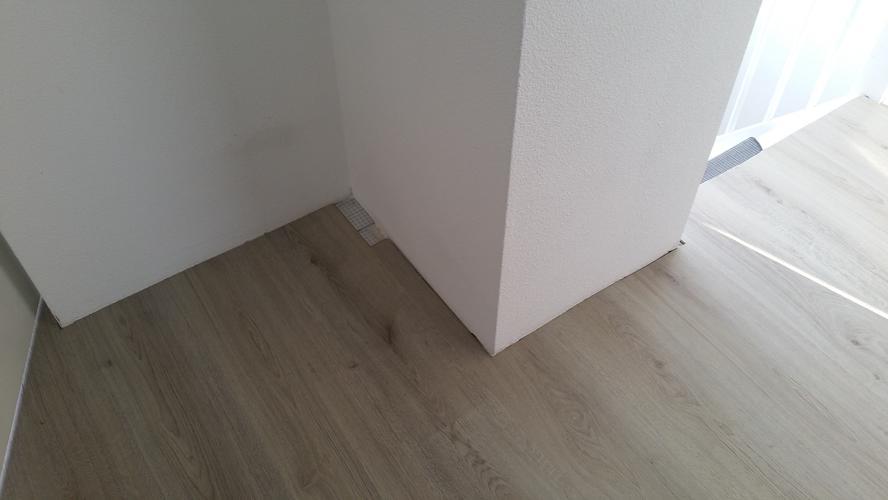 Afwerken laminaatvloer en plaatsen plinten en plakplinten   Werkspot