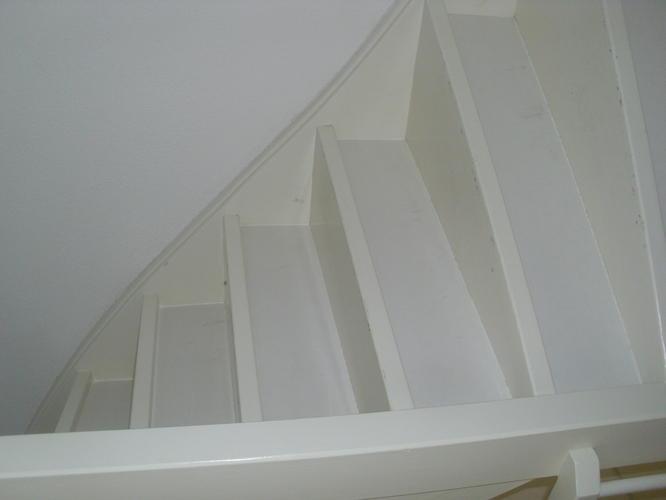 Met laminaat bekleden van gesloten trappen werkspot