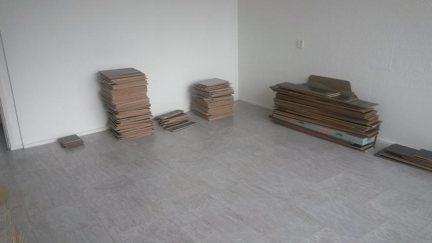 Laminaat (tegels) leggen in hal en kleine keuken. En afdekplinten a ...