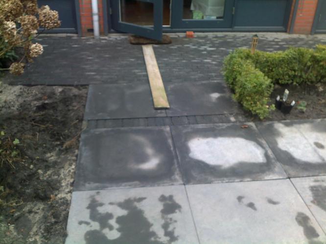 Grote Tegels Tuin : Opnieuw bestraten van tuin grote tegels en kleine beton stenen