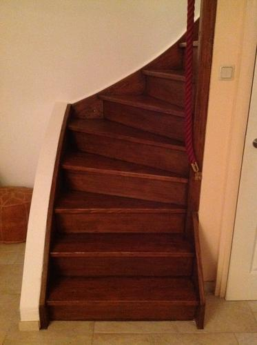 Houten trap schuren lakken beitsen werkspot for Houten trap plaatsen