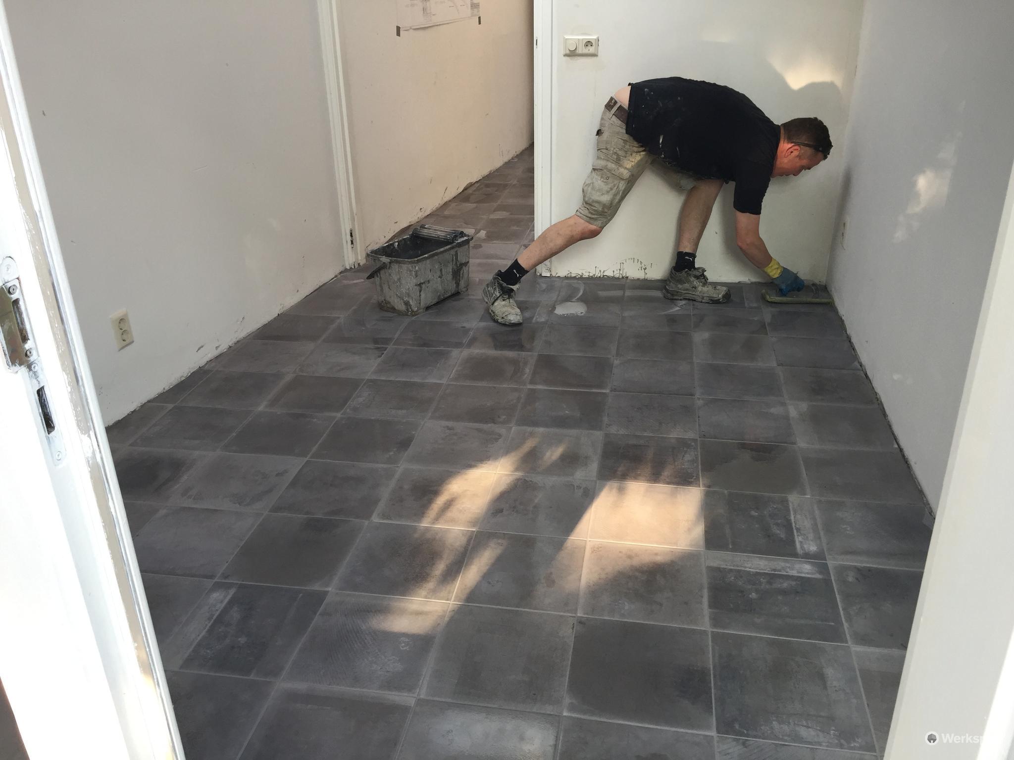 tegels leggen en betonvloer egaliseren werkspot